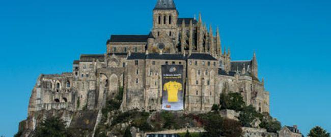 Le Mont-Saint-Michel revêt son maillot aune