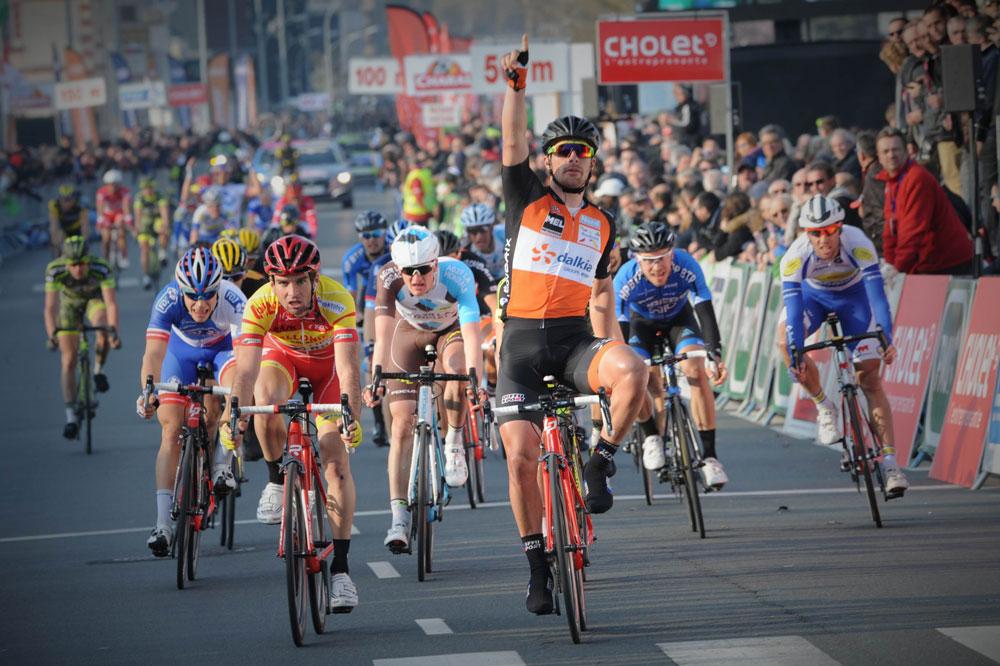 Rudy Barbier bat le peloton au sprint à Cholet