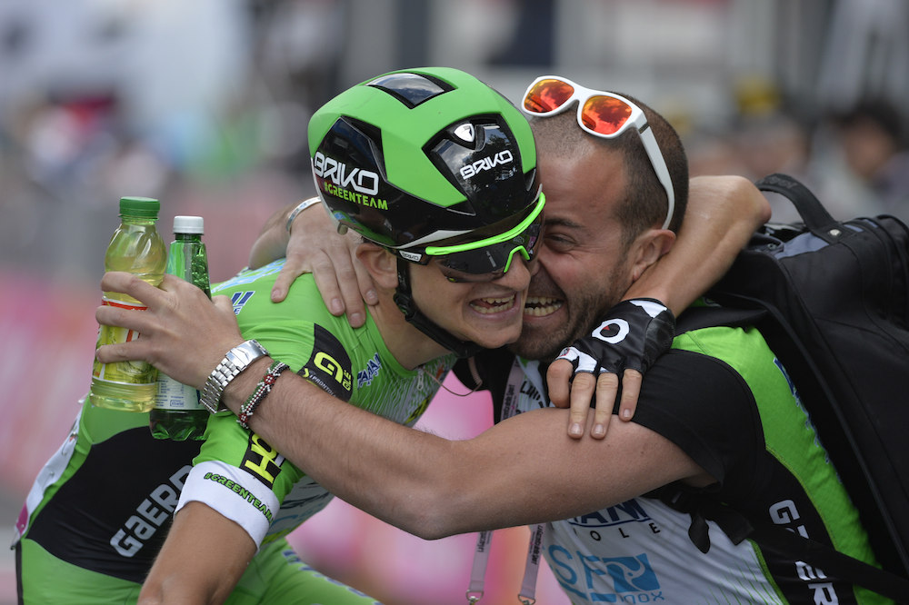 Giulio Ciccone tombe dans les bras de son staff