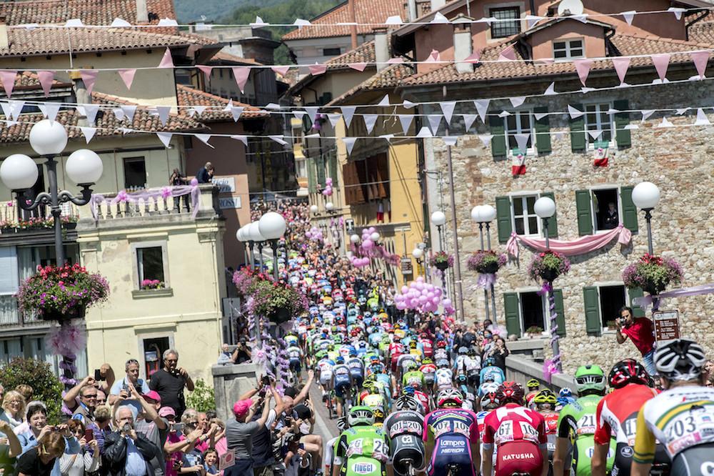 Le peloton du Tour d'Italie dans le Frioul
