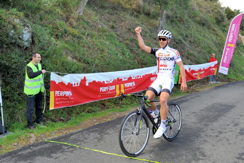 Hugo Drechou lève un bras au Coll de la Serra