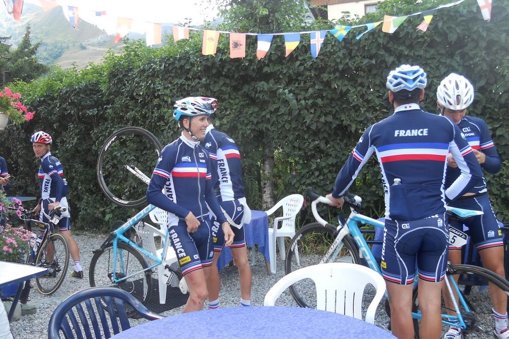 L'équipe de France fête la victoire de David Gaudu sur le Tour de l'Avenir