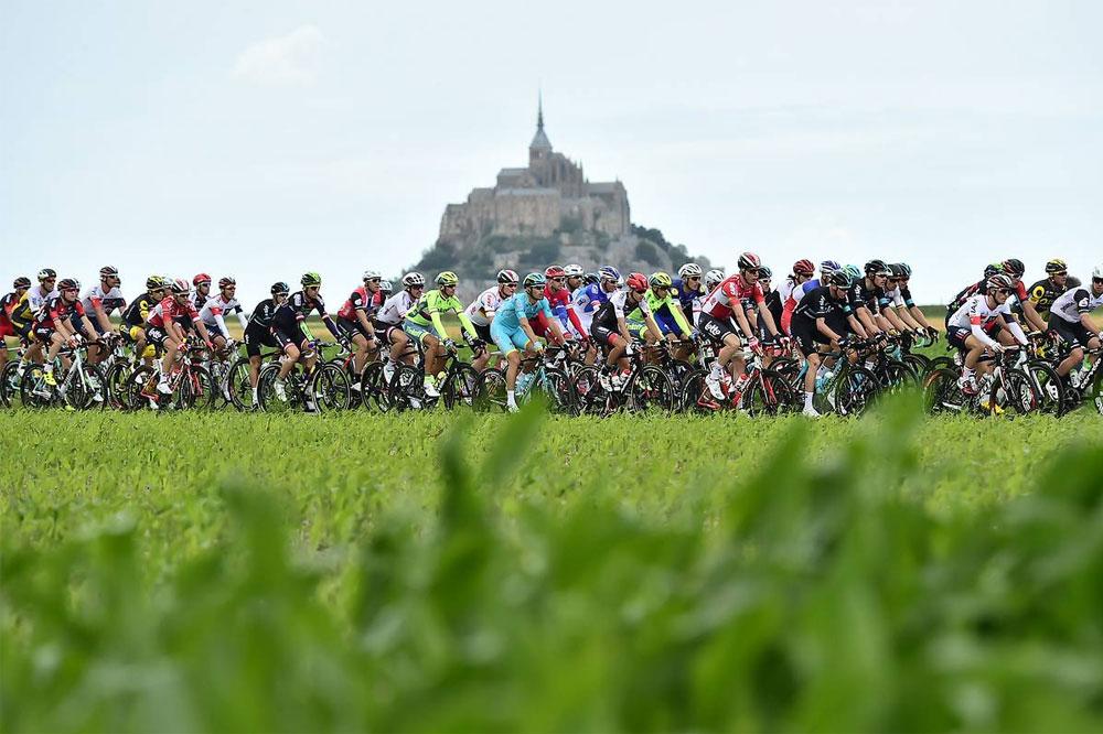 Le peloton sous le Mont-Saint-Michel