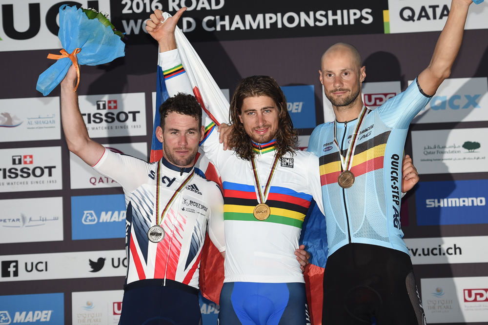 Mark Cavendish et Tom Boonen entourent Peter Sagan