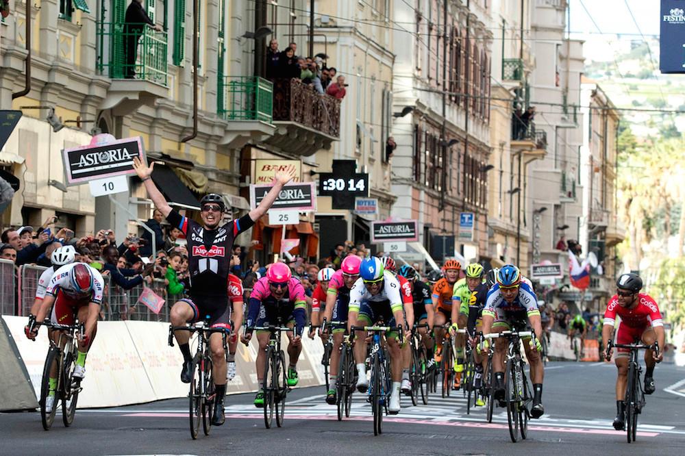 A gauche de la route, Nacer Bouhanni prend la 6ème place sur la Via Roma