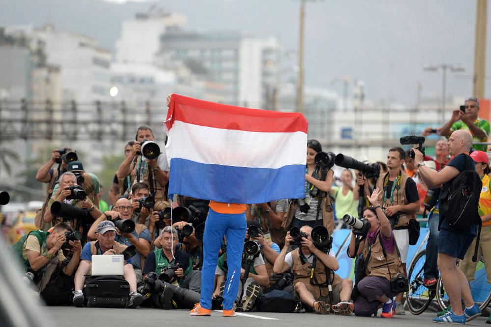 Anna Van Der Breggen brandit le drapeau des Pays-Bas à Rio