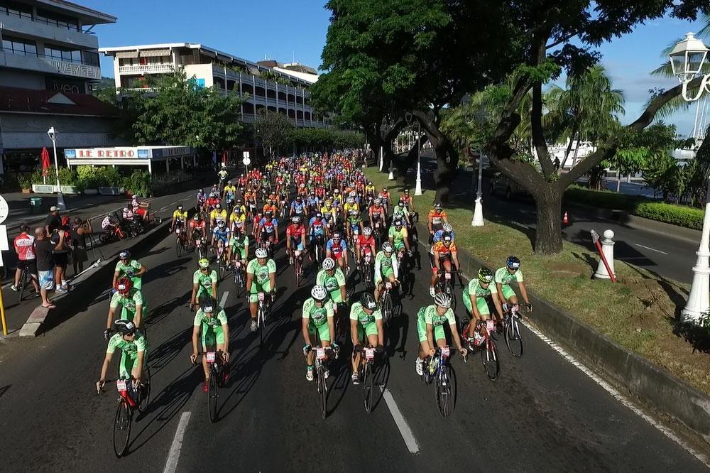 Un peloton de 517 cyclos sur le front de mer de Papeete