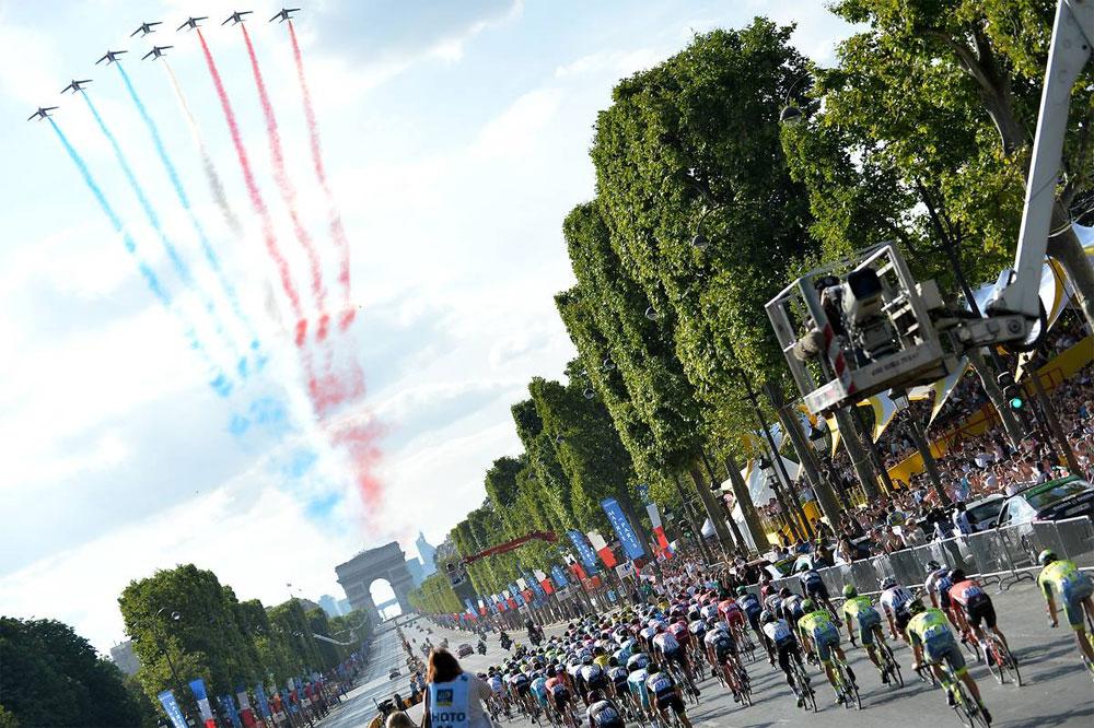 La Patrouille de France salue le Tour