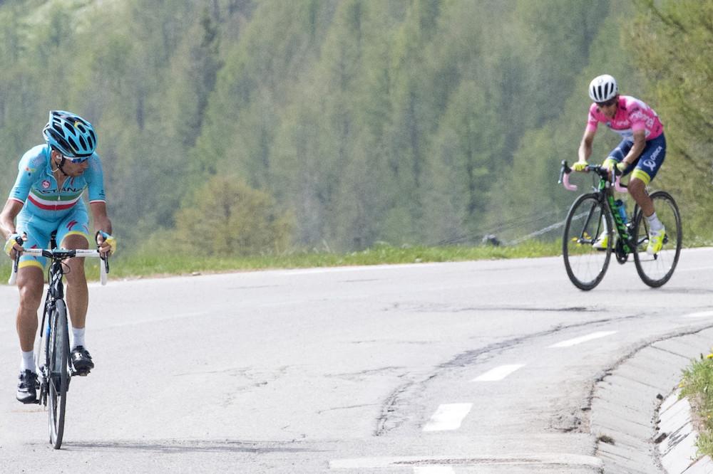Vincenzo Nibali distance Esteban Chaves dans le col de la Lombarde