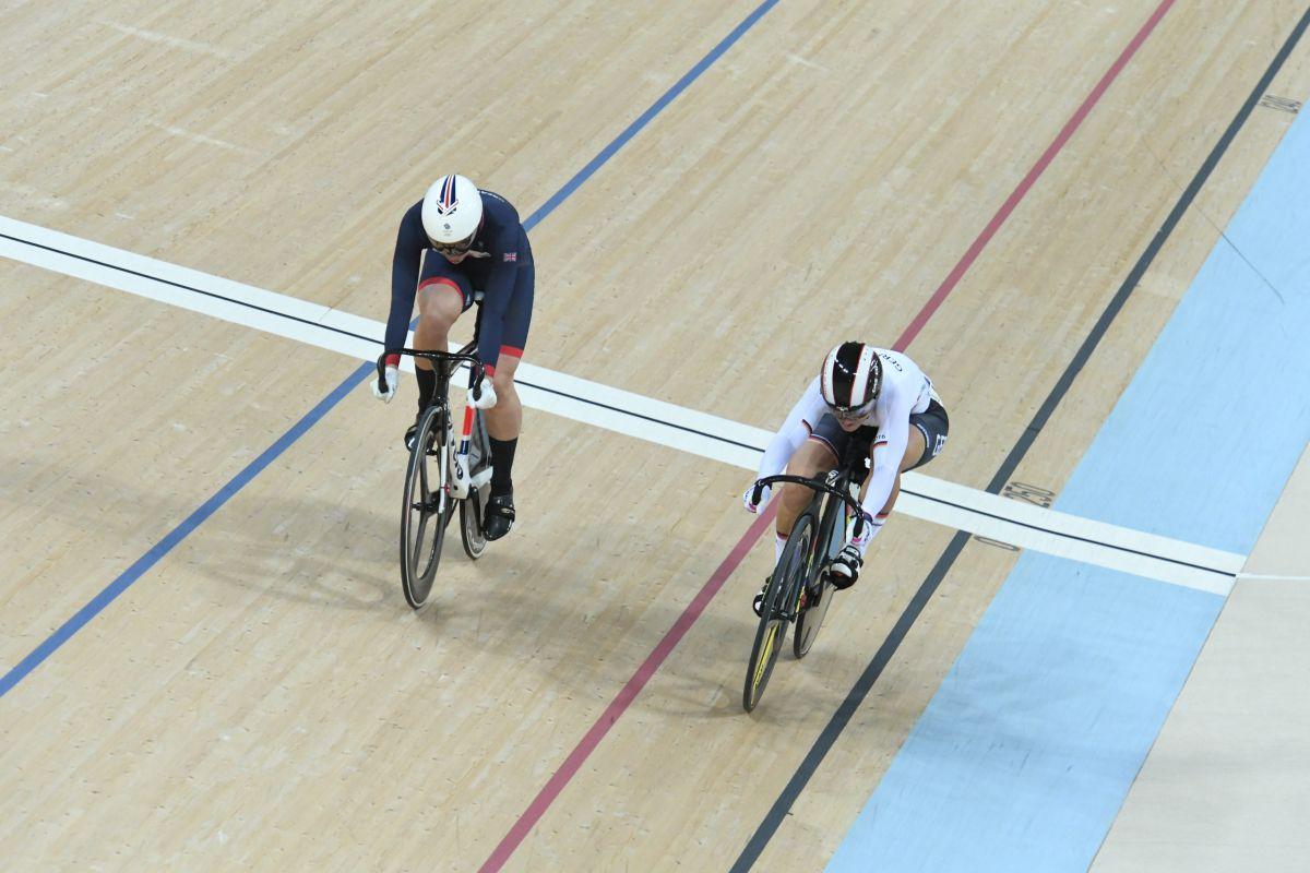 Vogel jette son vélo et remporte la vitesse