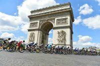 Le peloton de la Course by le Tour de France sous l'Arc de Triomphe