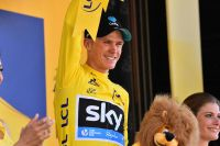 Chris Froome prend possession du maillot jaune