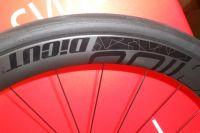 Continental ne faisant pas de pneus tubeless, c'est Schwalbe qui fournit les pneus Pro One tubeless 25 et 28 pour les journées presse