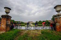 Le peloton du Giro sous la pluie