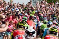 Le peloton du Giro emporté par la foule