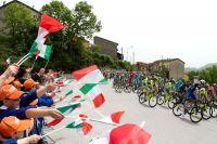 Le jeune public italien salue le passage du Giro