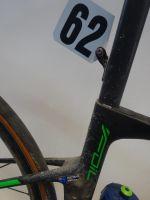 La plaque de cadre et la boue encore présentes sur le vélo de Roubaix de Matthew Hayman
