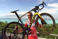 Laurent Jalabert devant Tahiti et le lagon de Moorea