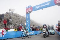 Michele Scarponi passe en tête au sommet du col Agnel