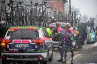 A Paris-Nice, les coureurs regagnent leurs voitures, l'étape est annulée