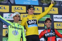 Alberto Contador et Richie Porte entourent Geraint Thomas