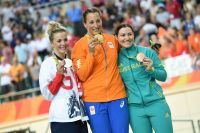 Rebecca James et Anna Meares entourent Elis Ligtlee