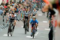 Mark Cavendish sprinte avec un jeune Normand