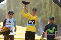 Romain Bardet et Nairo Quintana entourent Chris Froome