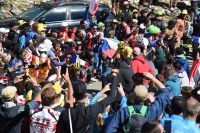 Richie Porte, Chris Froome et Bauke Mollema se fraient un passage dans la foule