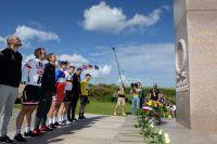 Les coureurs du Tour rendent hommage aux soldats du Débarquement