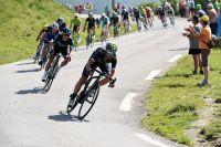 Alejandro Valverde emmène un peloton conséquent dans la descente d'Aspin