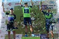 Eduardo Sepulveda accompagne les frères Quintana sur le podium