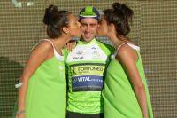 Eduardo Sepulveda reçoit les baisers des hôtesses