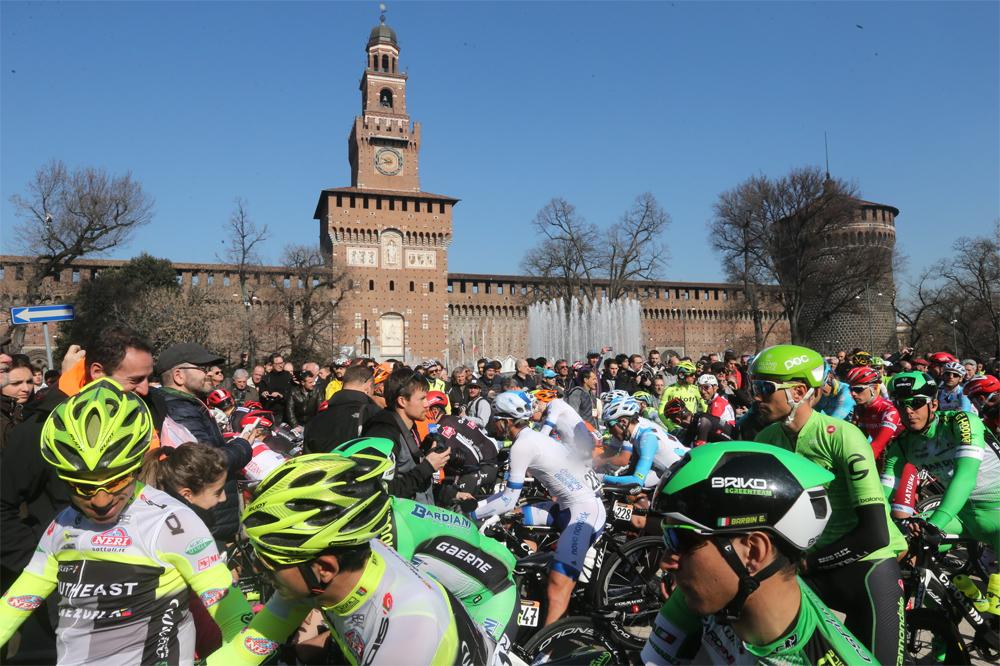 Le départ de Milan-San Remo devant le Château des Sforza