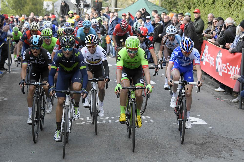 Alejandro Valverde contrôle ses adversaires