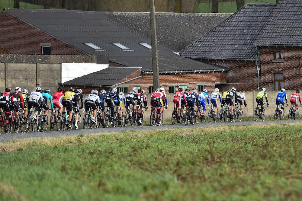 Le peloton du Circuit Het Nieuwsblad sur les pavés