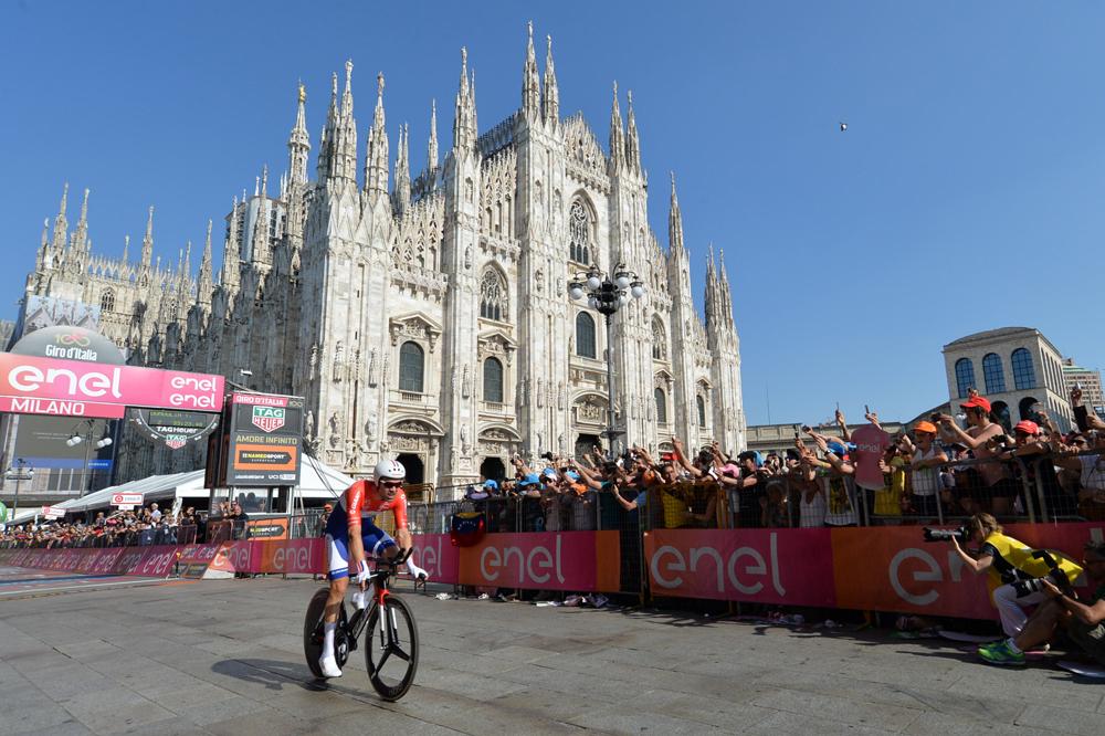Sur la Piazza del Duomo, Tom Dumoulin gagne le Giro