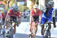 Fernando Gaviria contient Peter Sagan au sprint