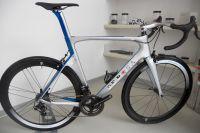 La classe à l'italienne : vélo De Rosa, groupe et roues Campa, selle Selle Italia et pneus Pirelli RR