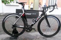 Vélo De Rosa designé par Pininfarina, roues idem, pneus Pirelli RR, manque plus que le bonhomme, il arrive, les spectateurs sont déja là