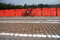 Les différents segments sur lesquels sont testés les pneus P Zero, ou les moyens de la F1 au service du vélo. Les P Zero sont stables, réactifs, s'usent très peu, sont très résistants aux éléments extérieurs comme micro morceaux de pierre, d'ardoises, etc