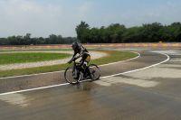 Programme tests Pirelli, un motard pousse à la limite de la chute les pneus Pirelli sur un vélo à assistance électrique, sur route mouillée, dans les deux sens de rotation, tout est bien sûr enregistré