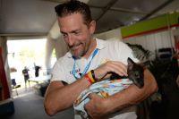 Stefano Zanini et un bébé kangourou