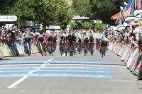 Le premier sprint de la saison est serré entre Caleb Ewan et Danny Van Poppel