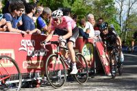 Tom Dumoulin s'accroche dans l'ascension vers Oropa
