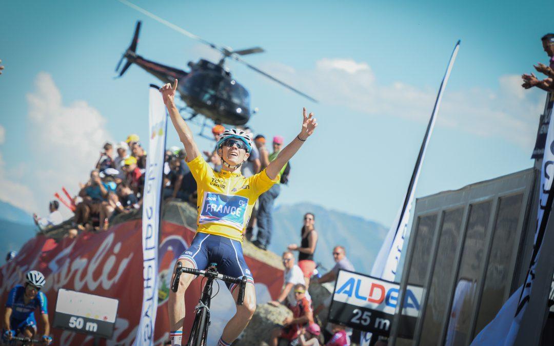 David Gaudu célèbre sa victoire finale sur le Tour de l'Avenir 2016
