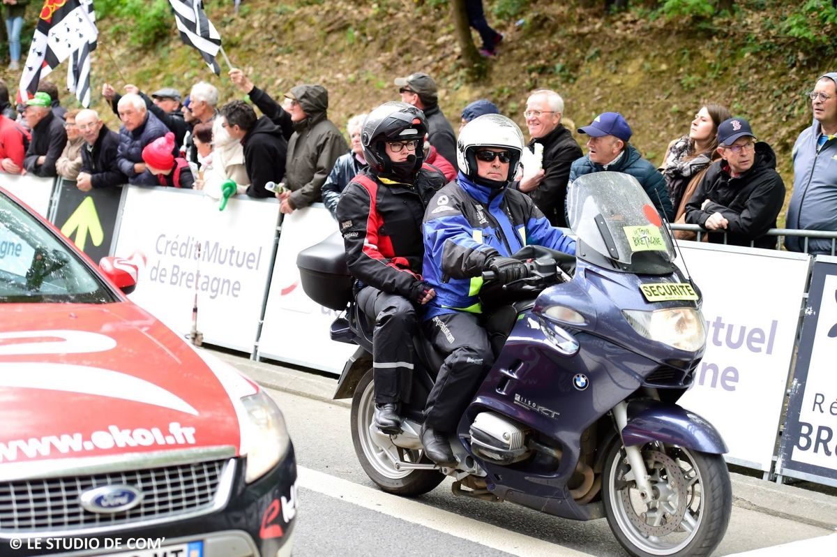 Être sur la moto au plus proche des coureurs