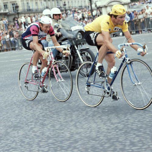 Joop Zoetemelk et Bernard Hinault échappés sur les Champs-Elysées en 1979