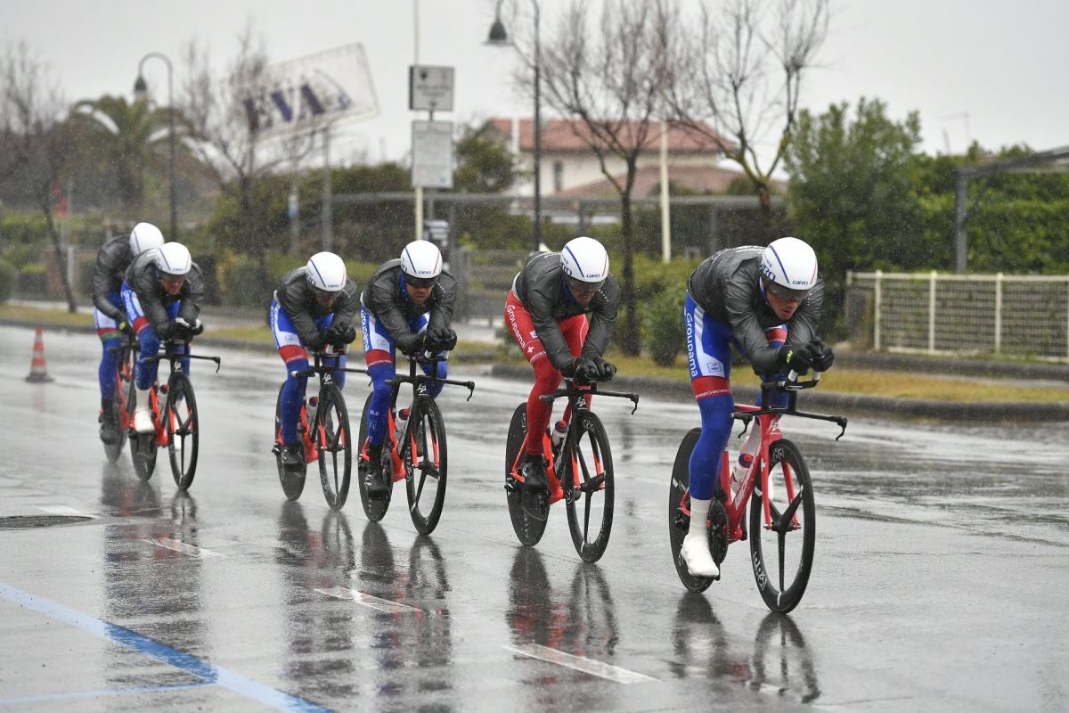 L'équipe Groupama-FDJ en échauffement du CLM inaugural sous la pluie