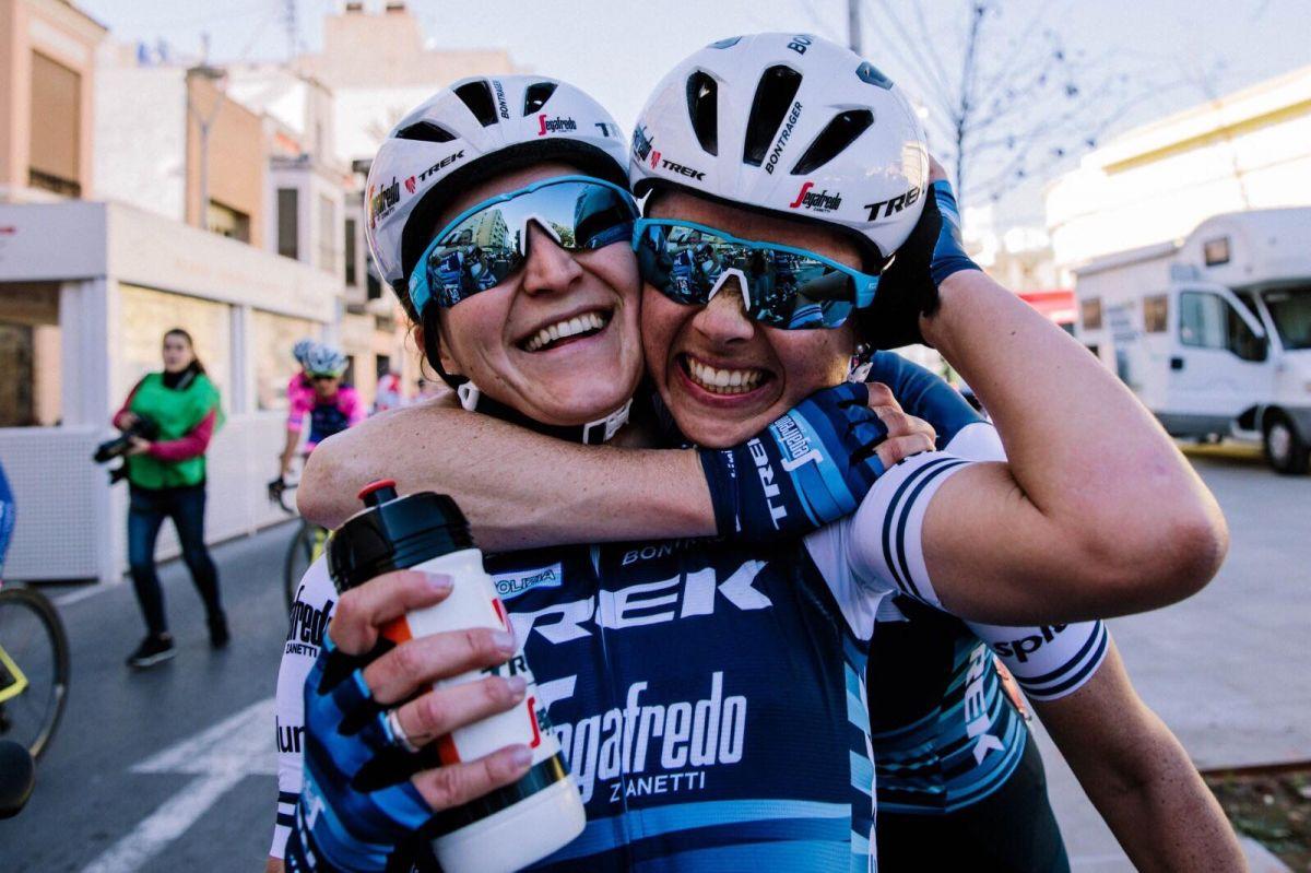 La joie indescriptible de la victoire après une course d'équipe